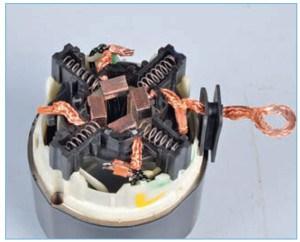 Щеткодержатель не снимается со статора, так как выводы щеток приварены к выводам обмотки статора.
