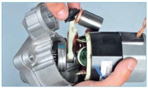 Вынимаем уплотнитель рычага привода из передней крышки