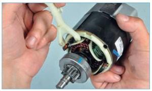 Снимаем рычаг привода вместе с якорем тягового реле.