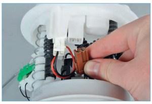 Отсоединяем колодку проводов датчика указателя уровня топлива от разъема на внутренней стороне крышки топливного модуля.