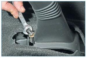Ключом «на 10» вращаем гайку на резьбовом наконечнике переднего троса, регулируя ход рычага стояночного тормоза