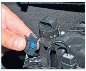 …отсоединяем колодку жгута проводов системы управления двигателем от разъема регулятора