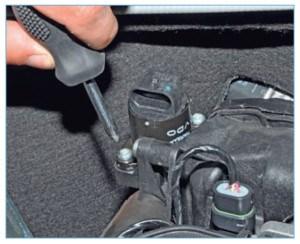 Крестообразной отверткой отворачиваем два винта крепления регулятора к корпусу воздушного фильтра