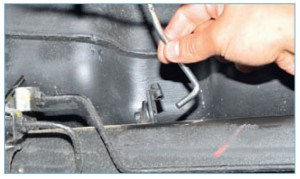 Отсоединяем нижний конец тяги регулятора от кронштейна балки задней подвески…