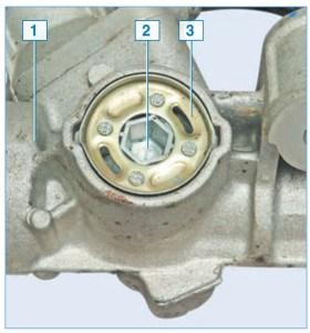 Регулировочная пробка 2 зафиксирована на картере рулевого механизма 1 стопорной шайбой 3, приклепанной к пробке. Буртик шайбы в двух местах вдавлен в пазы картера