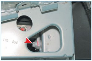 Под полкой аккумуляторной батареи головкой «на 13» с длинным удлинителем отворачиваем передний болт верхнего крепления кронштейна опоры к лонжерону