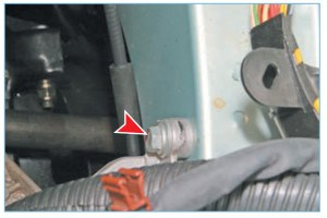 Головкой «на 13» отворачиваем задний болт верхнего крепления кронштейна опоры к лонжерону, расположенный за полкой аккумуляторной батареи