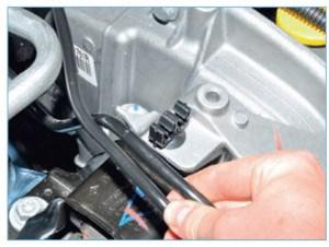 Вынимаем из двух держателей, расположенных на кронштейне опоры, трубку подвода топлива к рампе, трубку отвода паров топлива из адсорбера и жгут проводов