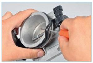 Отверткой поддеваем резиновое кольцо