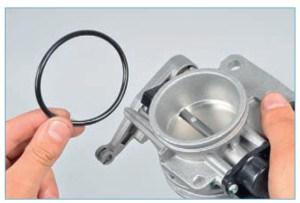 Аналогично снимаем резиновое уплотнительное кольцо с другого патрубка узла
