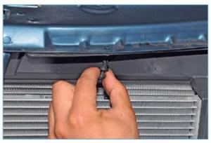 Тем же способом вынимаем пистон, расположенный за облицовкой радиатора…
