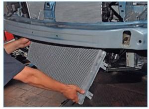…и осторожно опускаем конденсатор на пол, стараясь не повредить соединяющие его трубки.