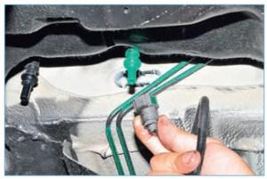 Аналогично отсоединяем наконечник трубки подвода топлива к топливной рампе от трубки топливного бака