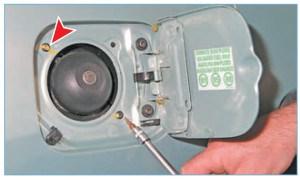 Ключом Torx T-20 отворачиваем два самореза крепления наливной горловины.