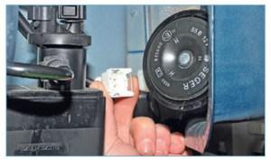 Нажав на пружинный фиксатор, отсоединяем колодку проводов от разъема сигнала (передний бампер для наглядности снят).