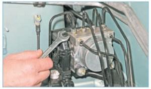 …рожковым ключом «на 11» или специальным ключом для штуцеров тормозных трубок отворачиваем штуцеры шести тормозных трубок и отсоединяем трубки от гидравлического блока
