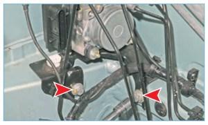 Головкой «на 13» отворачиваем два болта крепления кронштейна блока ABS к кузову…