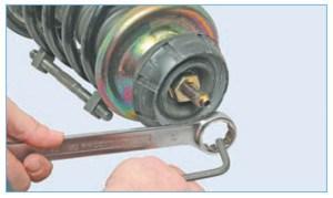 …накидным ключом «на 27» отворачиваем гайку крепления верхней опоры, удерживая шток от проворачивания шестигранником «на 6»