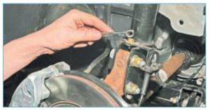 …накидным ключом «на 10» отворачиваем болт крепления держателя жгута проводов датчика скорости
