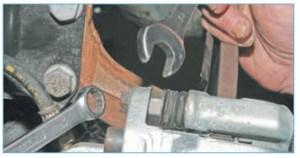 Накидным ключом «на 13» отворачиваем верхний болт крепления суппорта к направляющему пальцу, удерживая палец от проворачивания ключом «на 17»