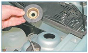 Снимаем резинометаллическую опорную шайбу верхнего крепления амортизаторной стойки