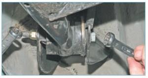 Накидным ключом «на 18» отворачиваем гайку болта крепления левого рычага балки к кронштейну, удерживая болт ключом того же размера