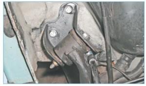 …головкой «на 16» с удлинителем отворачиваем три болта крепления кронштейна правого рычага к кузову