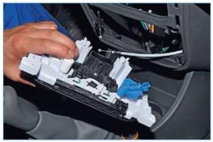 Снимаем блок управления отоплением, вентиляцией и кондиционированием воздуха с панели приборов