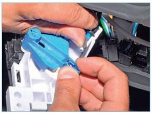 Отсоединяем наконечник тяги привода заслонки регулятора температуры воздуха от сектора регулятора