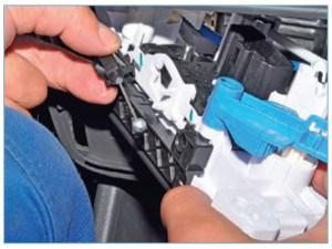 Отсоединяем наконечник тяги привода заслонки рециркуляции воздуха от рычага