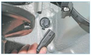 Снимаем колодку жгута проводов датчика с держателя, закрепленного на колесной арке