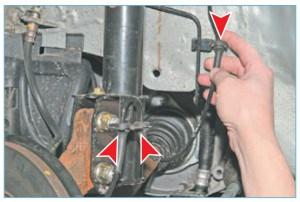 Выводим резиновую муфту жгута проводов датчика из пластмассового держателя, расположенного на брызговике, и еще две муфты – из кронштейна, расположенного на амортизаторной стойке