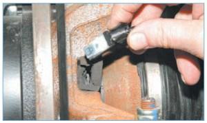 …вынимаем датчик скорости вращения колеса из установочного кольца, расположенного в ступичном узле