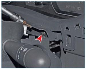 Ключом Torx T-20 отворачиваем винт крепления накладки комбинации приборов с правой стороны