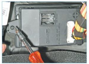Ключом Torx Т-20 отворачиваем винт крепления блока…