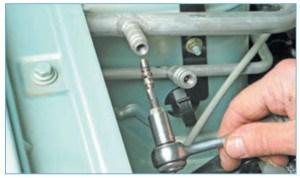 …ключом, аналогичным металлическому колпачку колесного вентиля, выворачиваем клапан из штуцера трубопровода