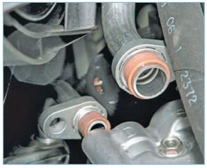 …и отсоединяем трубки высокого и низкого давления от крышки компрессора