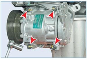 Головкой «на 13» отворачиваем четыре болта крепления компрессора (для наглядности показано на снятом двигателе)…