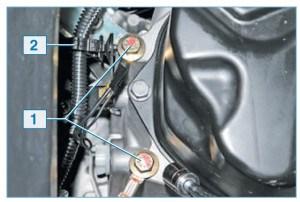 Головкой «на 13» отворачиваем два болта 1 крепления к картеру коробки передач наконечников «массовых» проводов