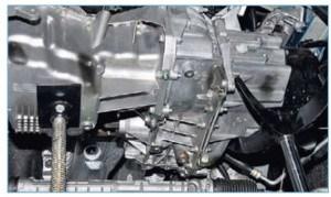 Подставляем регулируемые упоры под двигатель и коробку передач
