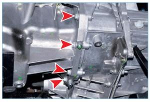 Отворачиваем четыре болта крепления поддона картера двигателя к картеру сцепления (см. «Замена прокладки поддона картера»)