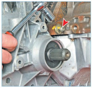 Головкой «на 13» отворачиваем гайку крепления коробки передач (к блоку цилиндров), расположенную над шлицевым валом правой полуосевой шестерни дифференциала (для наглядности показано на снятом силовом агрегате)