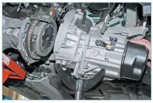 Отводим коробку передач от двигателя, выводя первичный вал из ступицы ведомого диска сцепления…