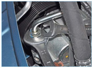Удерживая штуцер насоса ключом «на 22», ключом «на 17» отворачиваем штуцер трубки нагнетательной магистрали