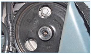 Повернув шкив насоса, совмещаем отверстие в шкиве с головкой одного из двух болтов крепления насоса к кронштейну двигателя