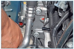 Тем же инструментом отворачиваем два болта крепления насоса с противоположной стороны кронштейна (автомобиль с двигателем 1,6 (16V)