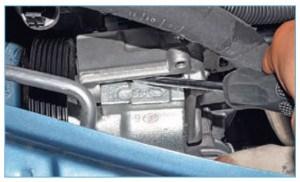 Вставив отвертку между корпусом насоса и кронштейном двигателя, отжимаем корпус насоса от кронштейна…