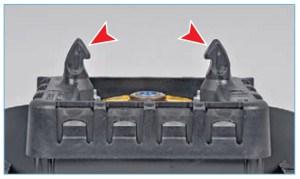 …двумя пластмассовыми крючками, которые входят в зацепление…