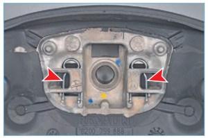 …с двумя пружинными фиксаторами на рулевом колесе (для наглядности показано со снятой подушкой)