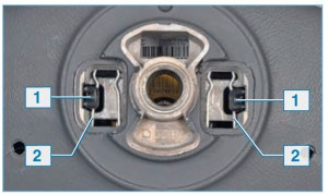Вид на рулевое колесо с подушкой безопасности в сборе (со стороны панели приборов): 1 – крючки подушки безопасности; 2 – пружинные фиксаторы рулевого колеса